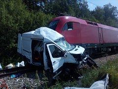 Řidič dodávky se zranil při střetu s rychlíkem v pondělí dopoledne mezi Včelnou a Kamenným Újezdem.