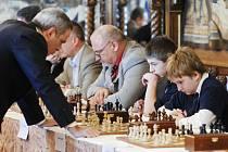 Garry Kasparov během během simultánní partie v přijímacím sále zámku Hlboká.