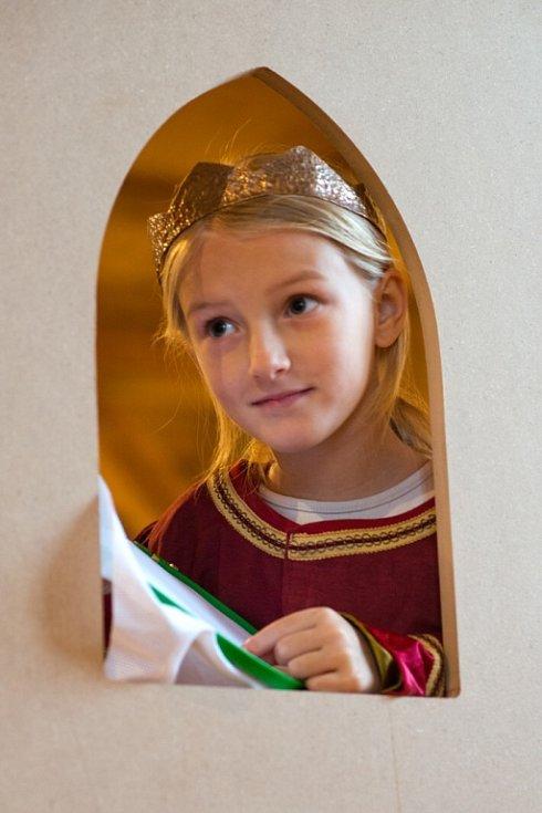 Písecká Sladovna nabízí novou výstavu Stroj času. Děti přenese do pravěku, antického Říma, za Kelty, do středověku, renesance i 19. a 20. století. Výstava potrvá do 26. dubna 2015. Na snímku jedna z dívek jako princezna.