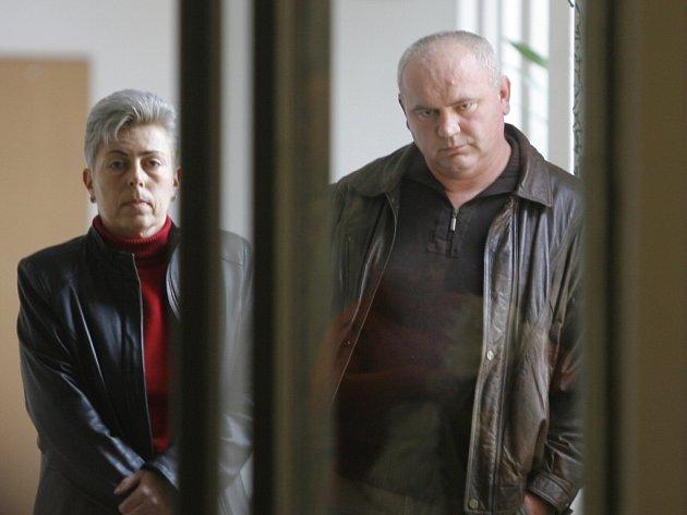 arel Staněk čeká na vyhlášení rozsudku na chodbě krajského soudu.