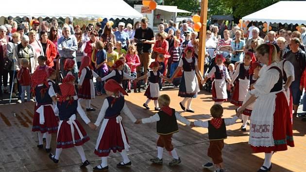Folklórní soubor Bystřina. Děti předškolního věku tančí v bílých košilích s modrými vestami a červenými sukýnkami, děti ze základní školy tančí v sukýnkách modrých. Dospělí mají kroje šité jako rekonstrukce toho, který se ve Zlivi a okolí nosil dříve.