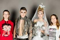Středoškoláci se na Svatebním veletrhu pustí do soutěže s modely budoucnosti. Na fotce zleva Jana Škorničková (autorka modelu ženicha), Matěj Vágner, Aneta Šnorková a Petra Součková (autorka modelu nevěsty).