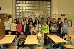 Projekt Edison spojuje mladé lidi odlišných kultur a národností. Na snímku žáci ze 7.C se stážistkou z Číny.