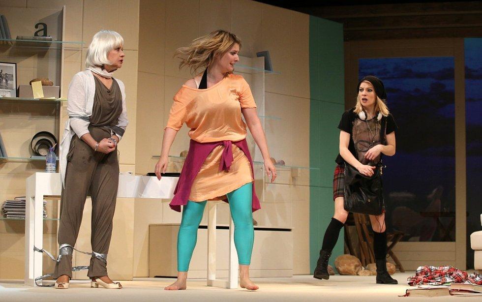 Činohra Jihočeského divadla uvedla 24. dubna premiéru komedie Žena jako druh. Na snímku zleva Bibiana Šimonová, Dana Verzichová a Teresa Branna.