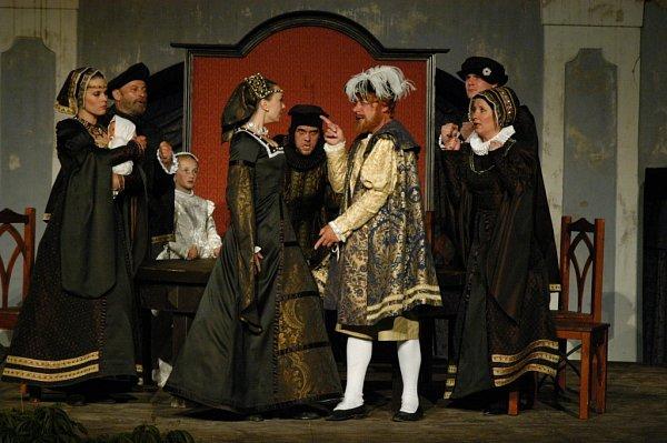 Komedie Ženy Jindřicha VIII., kterou má na repertoáru činohra Jihočeského divadla, je již devět let před otáčivým hledištěm vKrumlově pokaždé vyprodaná.