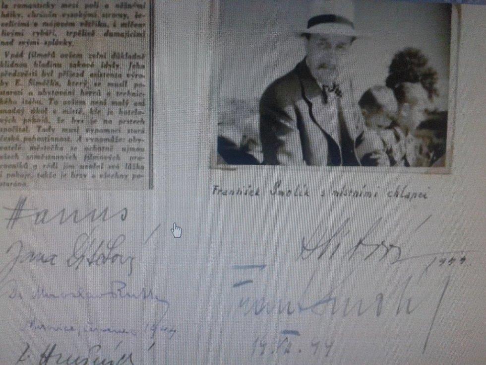 Podpisy herců a režiséra obsahuje jedna stránka kroniky. Na fotce nad nimi je František Smolík s místními chlapci.