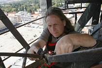 Od roku 1992 se stará o českobudějovickou dominantu Černou věž věžný Jan Vančura, což znamená kromě vlastní věže i starost o věžní hodiny, které se musí několikrát ročně nejen seřizovat, ale i kontrolovat a promazávat táhla,cimbály a další zařízení.