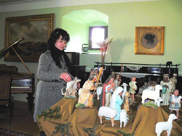 Hradní průvodkyně Hana Jannová upravuje postavičky velkého betlému před příchodem prvních návštěvníků na Státním hradě v Nových Hradech.