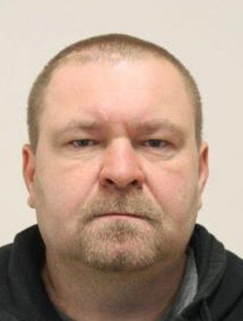 Pohřešovaný muž je 170 až 180 cm vysoký, střední postavy, má modré oči, hnědé krátké vlasy a vousy střižené na knír a bradku.