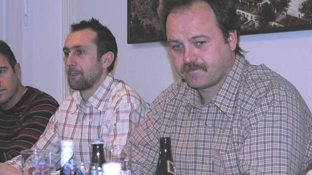 Na předzápasové tiskovce před nedělním duelem s Ostravou  jsou zleva vedoucí mužstva František Knot, člen výboru Pavel Holomel a prezident klubu Miroslav Leština.