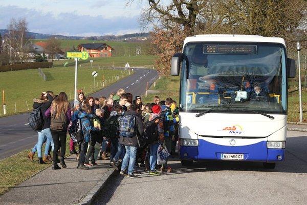 Přeplněné školní autobusy.