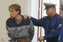 """Jaroslav Steinbauer má jít za dvě vraždy mladých žen na doživotí za mříže. """"Je nutno eliminovat možnost, že by podobný čin ještě zopakoval,"""" řekl předseda senátu."""