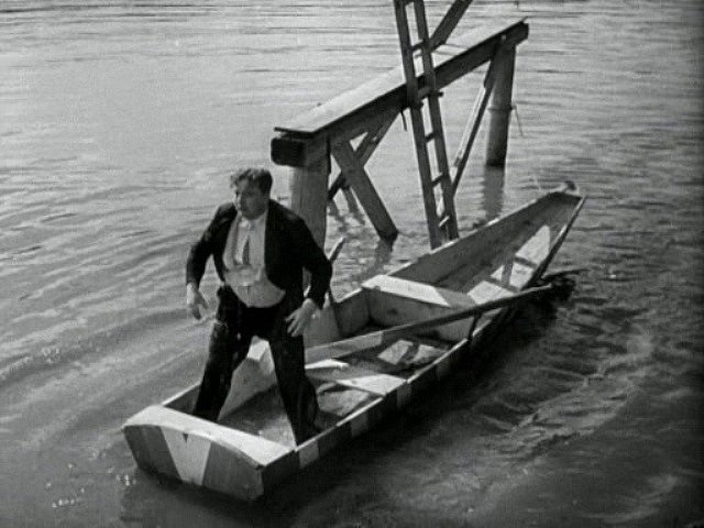 Jan Werich se snaží zkrotit rybářskou loďku. Ale ani v tom není příliš úspěšný.