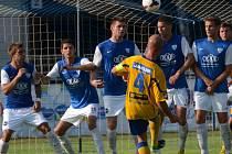 Matěj Kotiš v zápase s Táborskem střílí vyrovnávací gól Varnsdorfu.