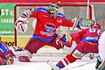 Gólman českobějovického Mountfieldu Roman Turek zasahuje za pomoci svých spoluhráčů před vítkovickými útočníky. Budějovice zaslouženě vyhrály 6:0.