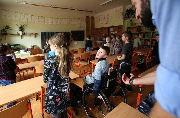Patrik i přes svalovou dystrofii se spolužáky dělá všechno, co jde jen trochu zvládnout. Když se hraje fotbal, jeho role je v brance. Pro děti není vozík nic neobvyklého.