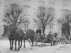 Zima na vltavotýnském náměstí před budovou zámku. Snímek Jeníka Švehly z archivu Městského muzea v Týně nad Vltavou.