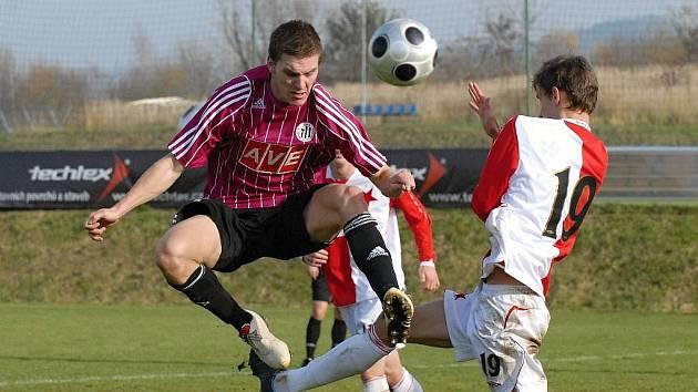Zdeněk Ondrášek (vlevo bojuje se slávistou Petrem Hoškem) dal v zápase třetí ligy první gól juniorky Dynama, která mladíky Slavie nakonec porazila 2:1.