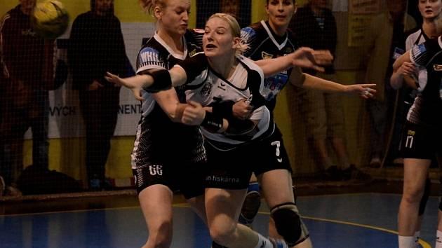 SPOJKA. Jindřichohradecká Zuzana Kohoutová (vpředu) svádí tvrdý souboj s píseckou Dagmar Kalčíkovou. Úspěšnější byly nakonec domácí házenkářky.