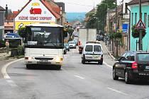 Každodenní obrázek z hlavního tahu, který vede přímo prostředkem Lišova, přináší zdejším obyvatelům tisíce aut. Na obchvat už proto Lišovští čekají jako na spásu. Ilustrační foto.