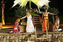 Při čtyřdenní Svatojánské slavnosti, která 20. června začíná na zámku Kratochvíle u Netolic, projdou diváci zahradou snů a stanou se svědky královské svatby Titanie a Oberona. Akce slibuje hudbu a tanec sfér, ohňostroj i živé obrazy na vodní hladině.