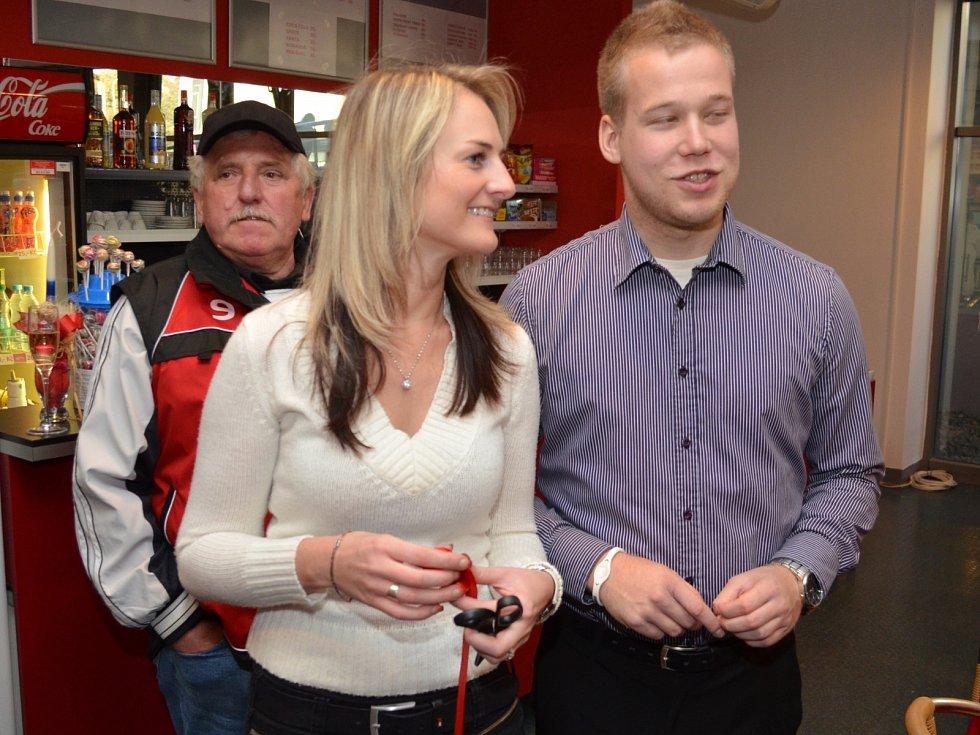 Tiskový mluvčí HC MOUNTFIELD Radek Papáček se svou kolegyní Kateřinou Kyselovou.