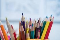 Děti malují svoji rodinu jako úkol do školy.