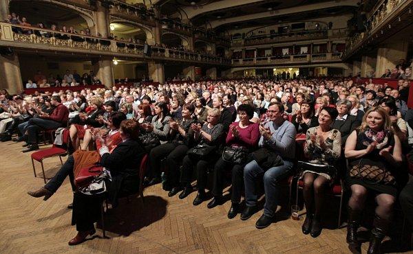 Pavel Žalman Lohonka oslavil 70.narozeniny čtyřhodinovým koncertem 20.března vpražské Lucerně. Bylo vyprodáno, přišlo kolem 1800lidí a folkové legendě gratulovala řada hudebních hostů. Publikum tleskalo několikrát vestoje.