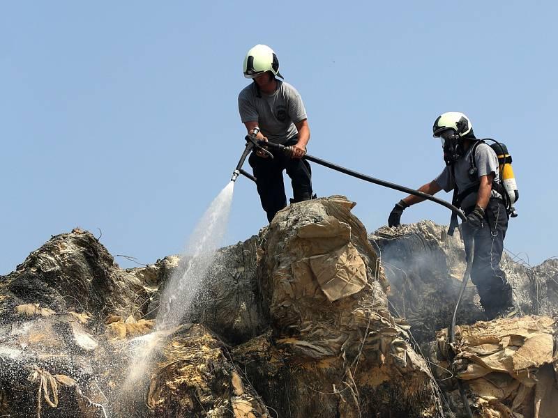 Požár nelegální skládky likvidovali hasiči i ve středu. Na místě stále hlídkují.