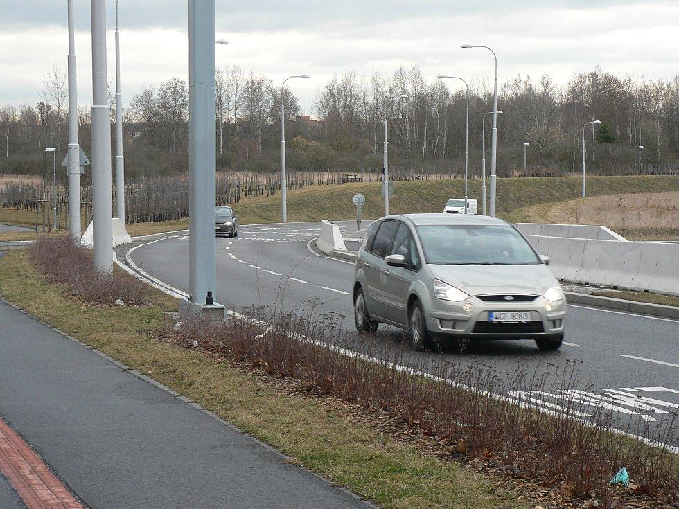Českobudějovická sídliště Máj a Vltava spojila v roce 2018 nová silnice. V Husově třídě i Rošického ulici jsou kruhové křižovatky.