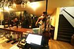 Restaurace Jelen v Českých Budějovicích se připojila k iniciativě Chcípl PES a otevřela na protest proti vládním opatřením.