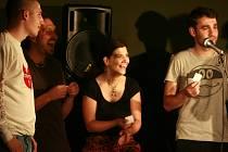 Slam poetry, soutěž pouličních básníků v kavárně Horká vana.