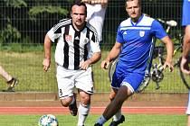 Tomáš Maruška (vlevo) uniká v sobotním exhibičním duelu domácímu Karlu Chotovinskému. Oslava sta let fotbalu v Soběslavi se rozhodně podařila.