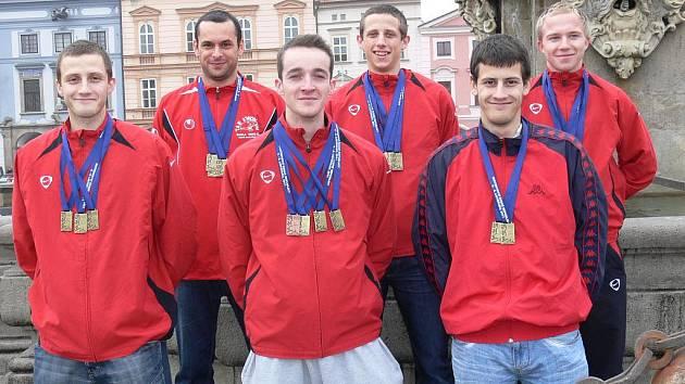 Úspěšní taekwondisté z Tong-Il ČB se vrátili z MČR ověšeni medailemi: nahoře zleva jsou Bříza, Chaloupka, Šimeček, dole P. Šesták, Jungwirth, J. Šesták.