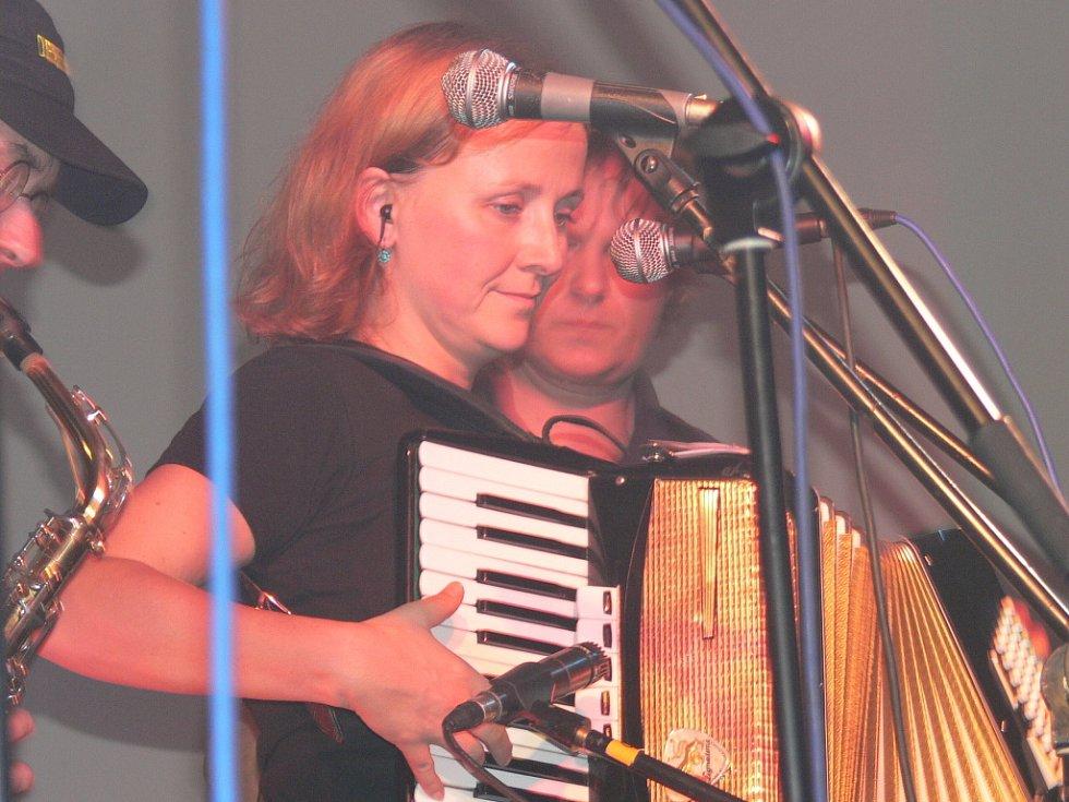 Nedělní večer patřil v sále hostince v Mydlovarech pražské kapele Tři sestry.