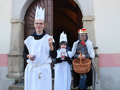 Tříkrálová koleda na Českobudějovicku. Před kostelem v Rudolfově jsme zastihli zleva Milana Třebína, Jakuba Jedličku a Jiřího Pacha.
