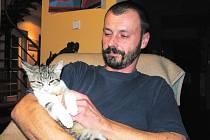 Vladimír Kössl kromě odchytávání zatoulaných zvířat se svojí firmou Animal – rescue také například dokáže zájemcům převézt domácího mazlíčka zvířecím taxi kamkoliv, vyvenčit psy anebo zájemcům na pár dní pohlídat kočky.