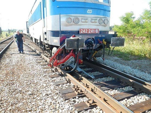 Jedna z nejtragičtějších nehod na železnici v Jihočeském kraji se stala v červenci na přejezdu v Hrdějovicích. Po srážce s vlakem zahynul řidič  auta taxislužby i jeho zákazník.