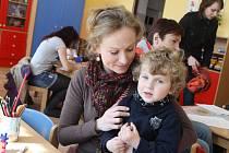 Mnoho rodičů dorazilo včera k zápisům do budějovických školek. Na snímku Michaela Fojtová se synem Mikulášem Davidem Šponarem.