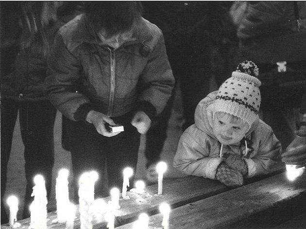 Snímek pořízení v listopadu 1989 na českobudějovickém náměstí.