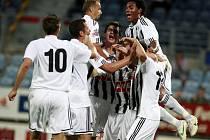 Radost z vedoucího gólu byla veliká, uvnitř hloučku radujících se hráčů Dynama Markovič a střelec Řezníček, dále zleva Klesa, Riegel, Otepka, Machovec a Sandro.