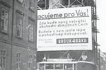 Stavba proslulého obchodního domu v roce 1935