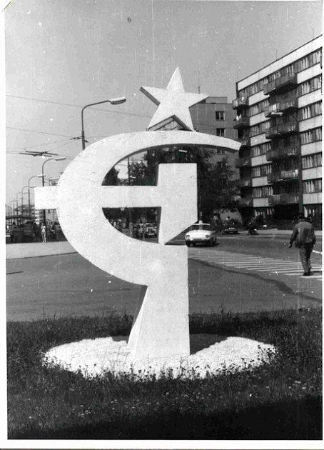 Pomník socialismu Fotografie zachycuje výzdobu k50. výročí vzniku KSČ na náměstí Jiřího zPoděbrad vČeských Budějovicích včervenci 1971.