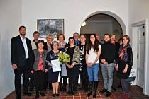 Profesorka Jitka Radimská (uprostřed s kyticí) získala mezinárodní cenu.