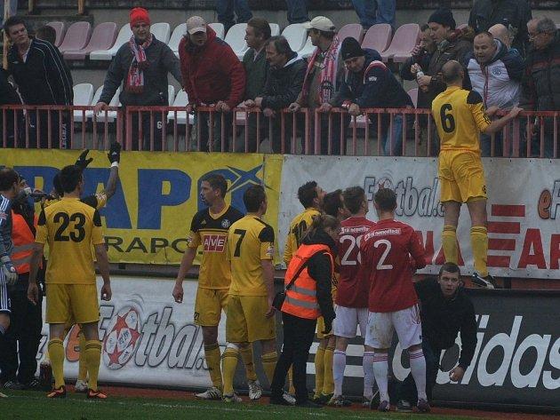 Na Žižkově bylo živo... S domácími fanoušky si měl co říct i kapitán Dynama Roman Lengyel.