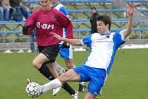 Zdeněk Ondrášek pár vteřin po svém příchodu na hřiště třetím gólem pečetil výhru juniorky Dynama nad Vlašimí. Na snímku z tohoto duelu mladý útočník Dynama uniká Stibůrkovi.