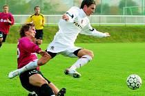 Milan Petržela v zápase B–týmů Dynama a Sparty (0:1) uniká domácímu Martinu Tischlerovi.