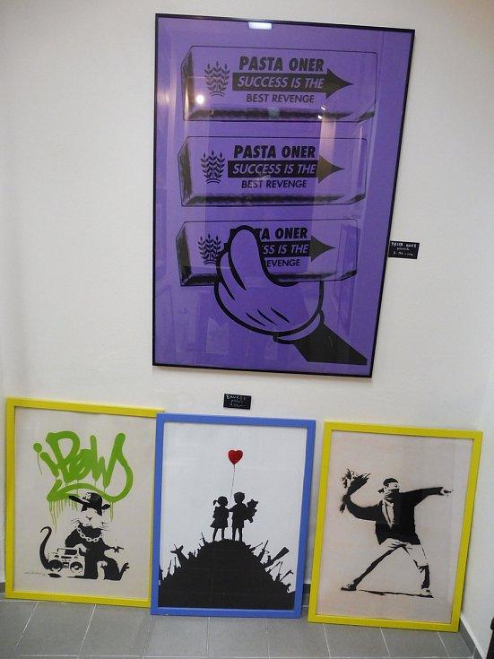 Na výstavě Pod vobraz uvidíte kombinaci obrazů s designovými kousky nábytku.