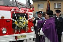 Slavnostně před nedávnem přivítali v Dubném opravené zásahové vozidlo, které slouží hasičům už od roku 1983, tedy přes třicet let. Na horním snímku žehná automobilu farář Martin Weis. Na dolních fotografiích zaplněná náves a čestná stráž hasičů.