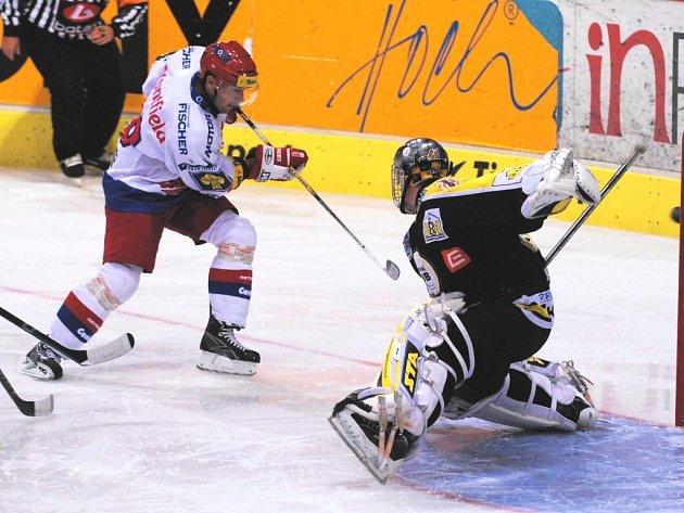 Milan Gulaš sám před brankářem neuspěl, kadaňský brankář Hanuljak puk po jeho střele stačl vyrazit mimo branku.